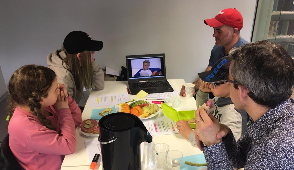 Endre Lund Eriksen spiser med spørsmålsambassadørene